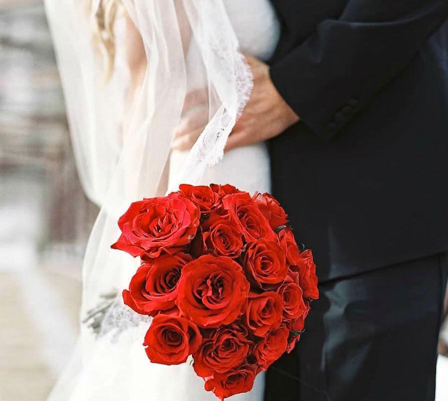Hoa cưới cầm tay cô dâu được kết từ hoa hồng đỏ