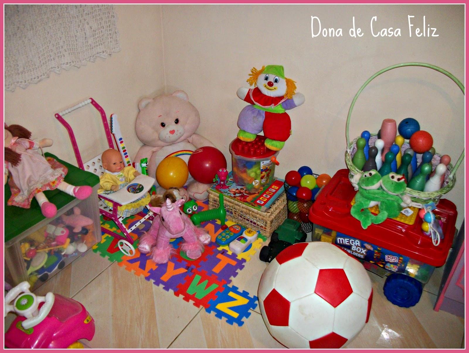 coloridas) além dos bichinhos de pelúcia e da caixa de brinquedos #B4171C 1600x1207