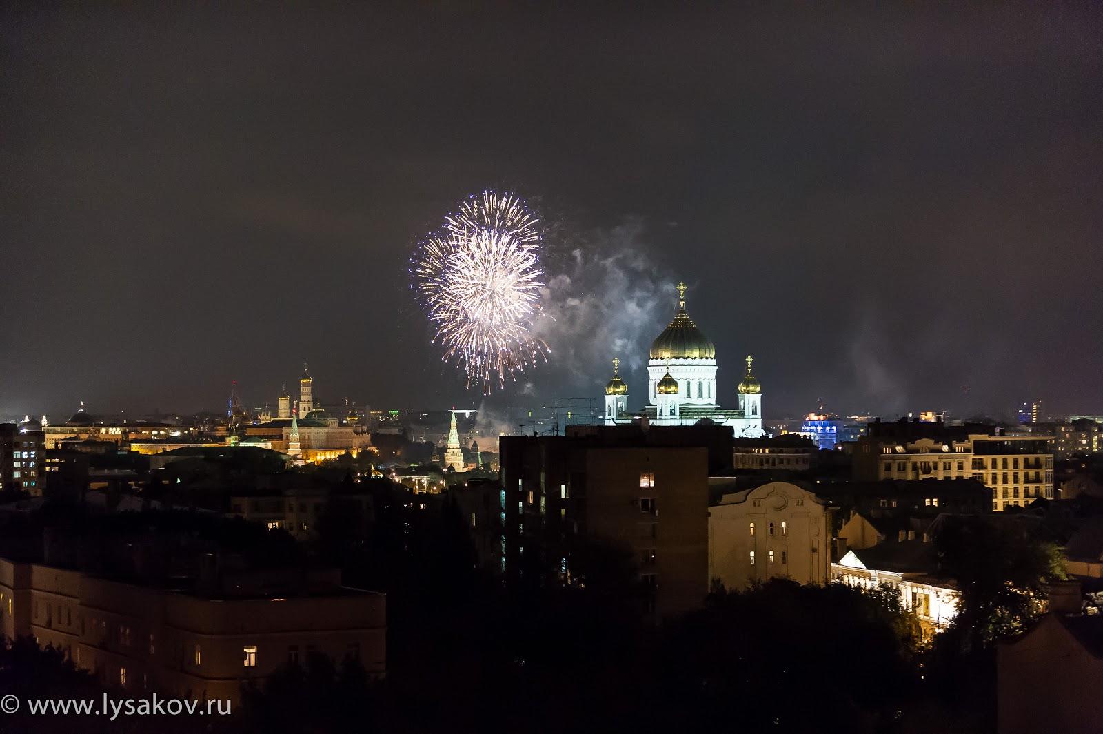 Салют над Кремлем и Храмом Христа Спасителя