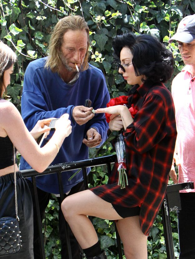 Lady Gaga Took Photos with a Homeless Man