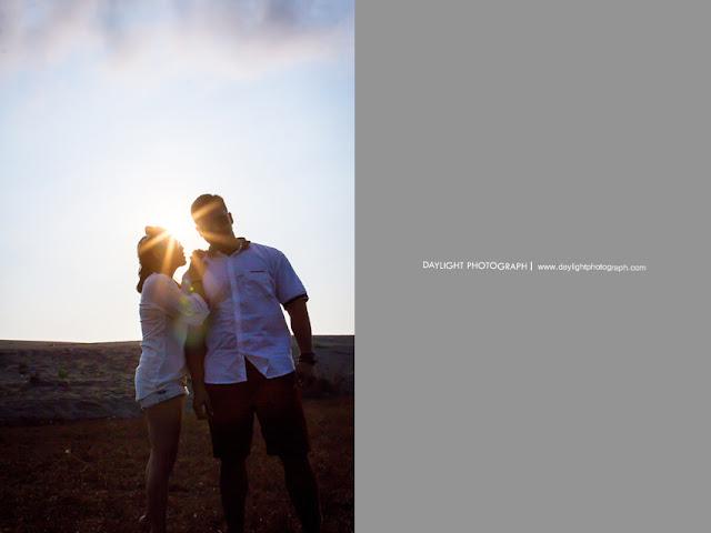 foto pasangan yang sedang membisiki sesuatu dari samping