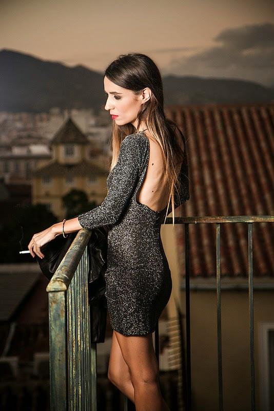 Vestido Bershka, tenis Converse, chaqueta de cuero Zara