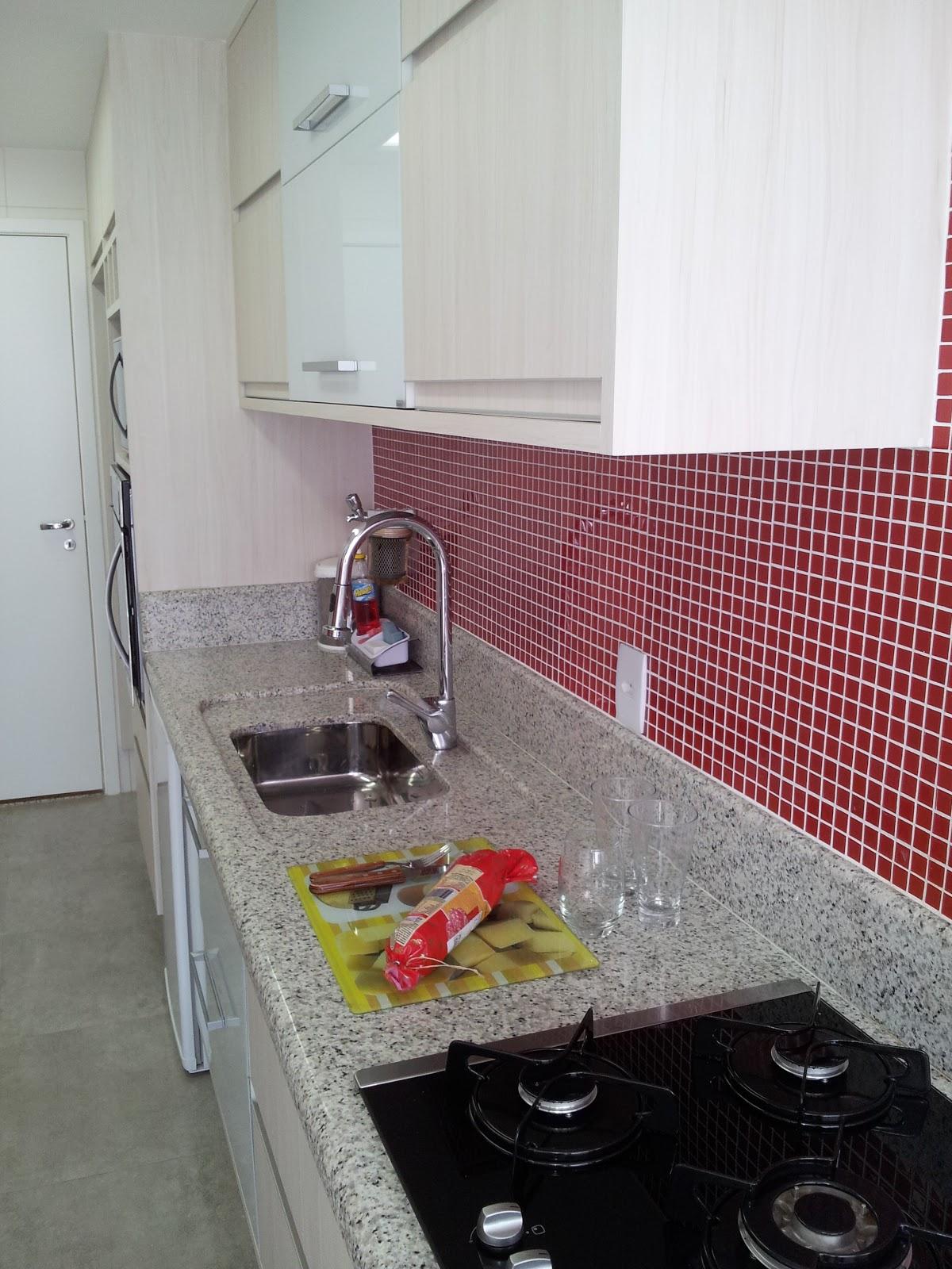 Na linha da cuba foram utilizadas portas com revestimento de vidro  #7B3338 1200x1600 Banheiro Com Pastilhas Vinho