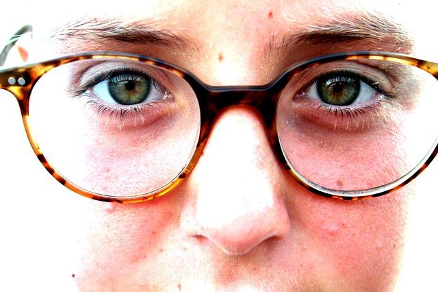 Cara Memilih Kacamata Sesuai Warna Kulit