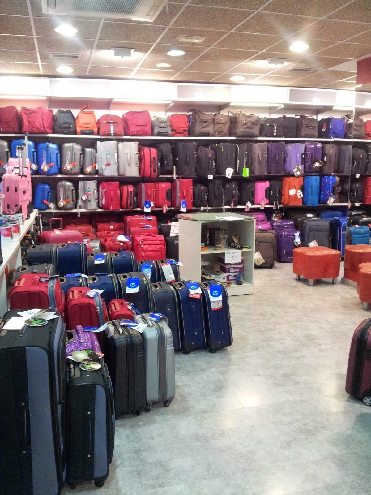 Interior de Berlogui en Zaragoza y sus maletas