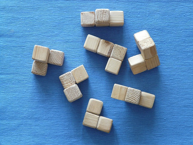 Klocki kwadratowe z drewna na niebieskim tle