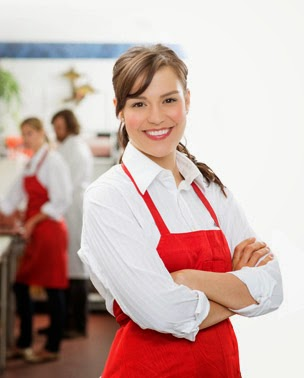 Promovendedora de Evolucione vestida de rojo y blanco