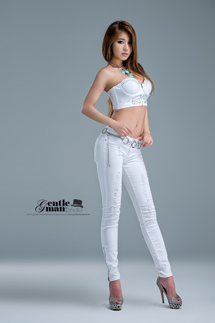 Park Si Hyun Sexy in white jeans