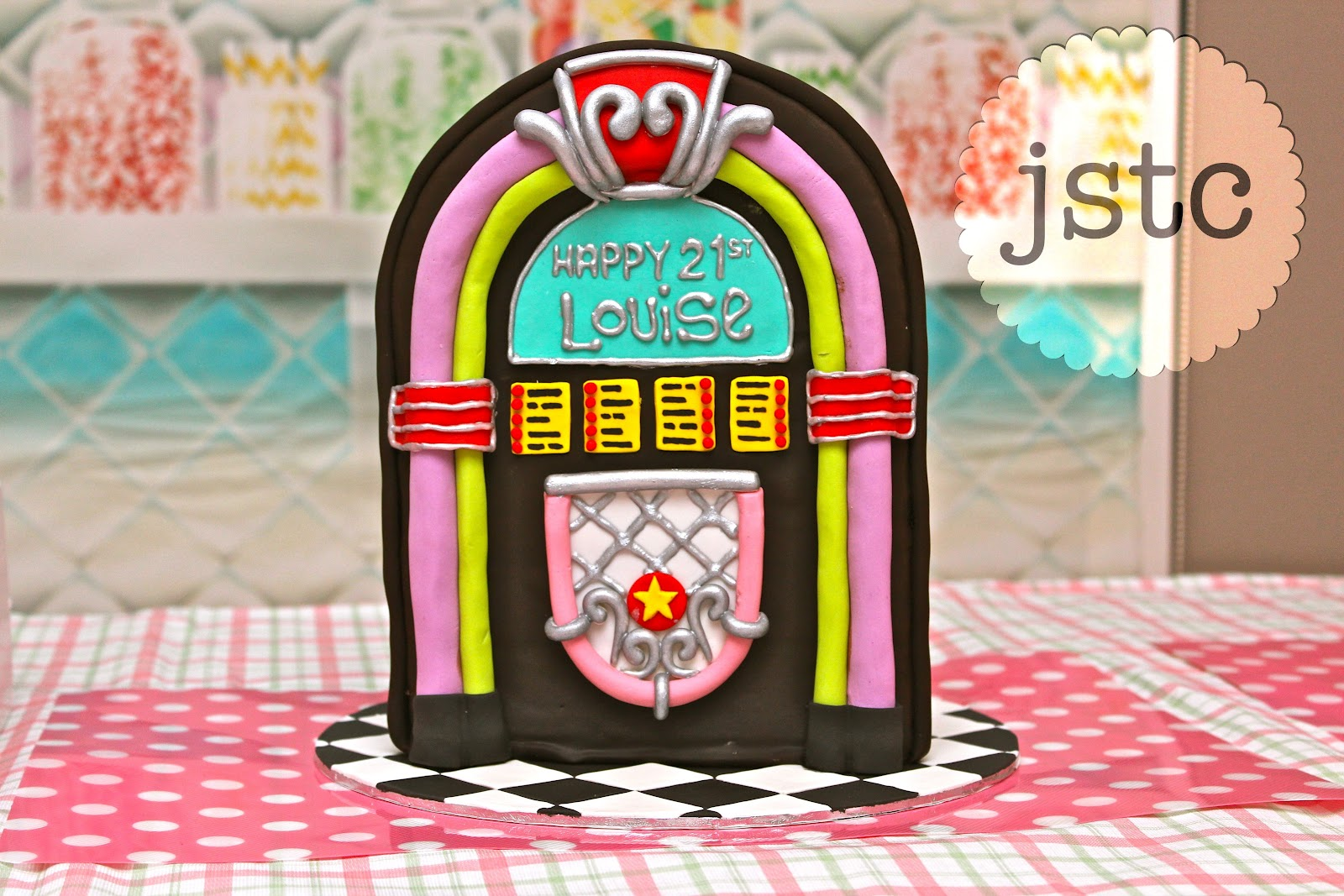 1950 Theme Cake http://jemmassweettreatcatering.blogspot.com/2012/05/jukebox-cake-1950s-themed-treats.html