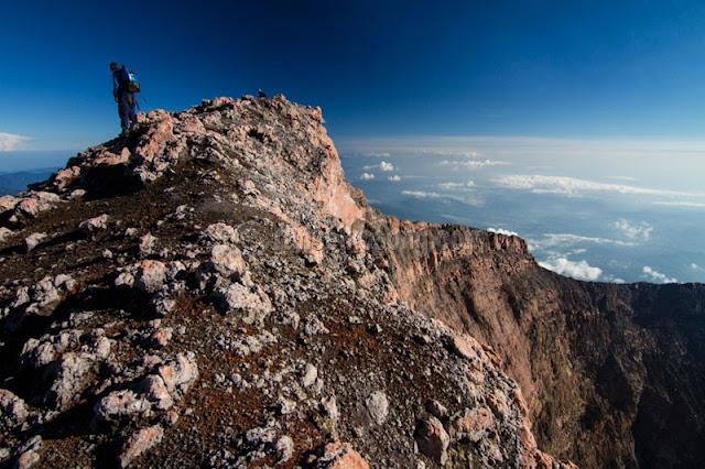 Puncak Gunung+Gunung Kerinci+Tips Memotret Diatas Gunung+Melindungi Kamera Saat Naik Gunung+Mountain Climber+Kerinci+Gunung Kerinci_Highest Volcano_Indonesia Photographer
