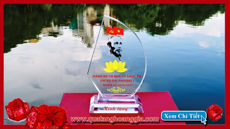 Mẫu quà tặng đại hội đảng các cấp sang trọng với chiếc Kỷ niệm chương pha lê biểu tượng cánh buồm phong thủy