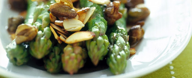 asparagi con mandorle e capperi, ricette con asparagi, asparagi