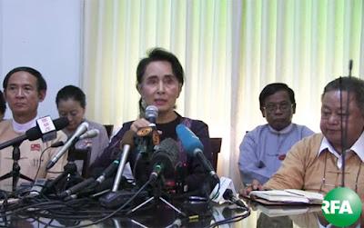 အမ်ိဳးသား ဒီမုိကေရစီ အဖြဲ႔ခ်ဳပ္ ဥကၠဌ ေဒၚေအာင္ဆန္းစုၾကည္ဟာ ေနျပည္ေတာ္မွာ ဇူလိုင္လ ၁၁ ရက္ေန႔က သတင္းစာ ရွင္းလင္းပြဲ ျပဳလုပ္စဥ္ Photo: Win Naung Toe/RFA