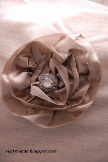 ozdobna poszewka poduszka beż beżowa z kwiatkiem kwiatem satyna satynowym guzik błyszczący stare złoto