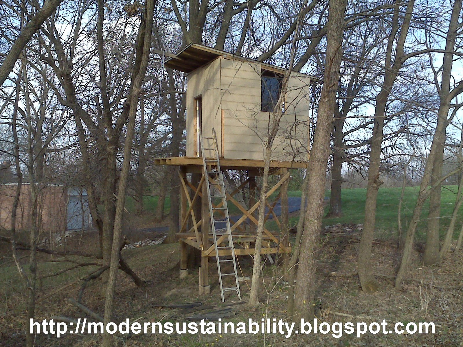 Modern sustainability old fashioned methods tree house for How to build a treehouse roof