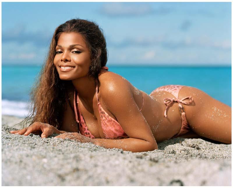 Janet Jackson fue captada tomando baños de sol