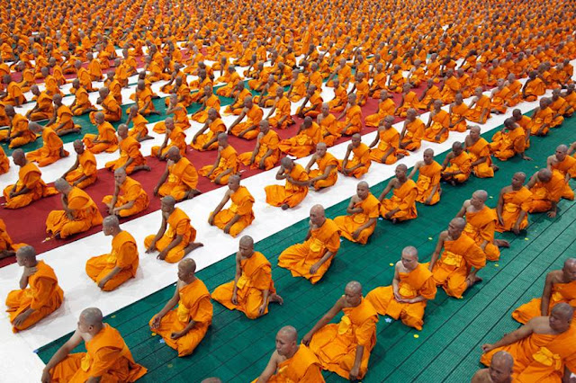 Mass ordination ceremony in front of Dharmakaya Ceitiya