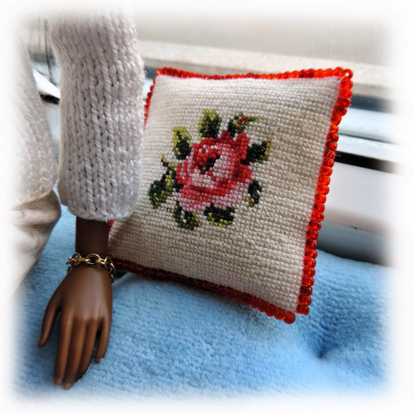 Вязаные подушки с вышивкой 2