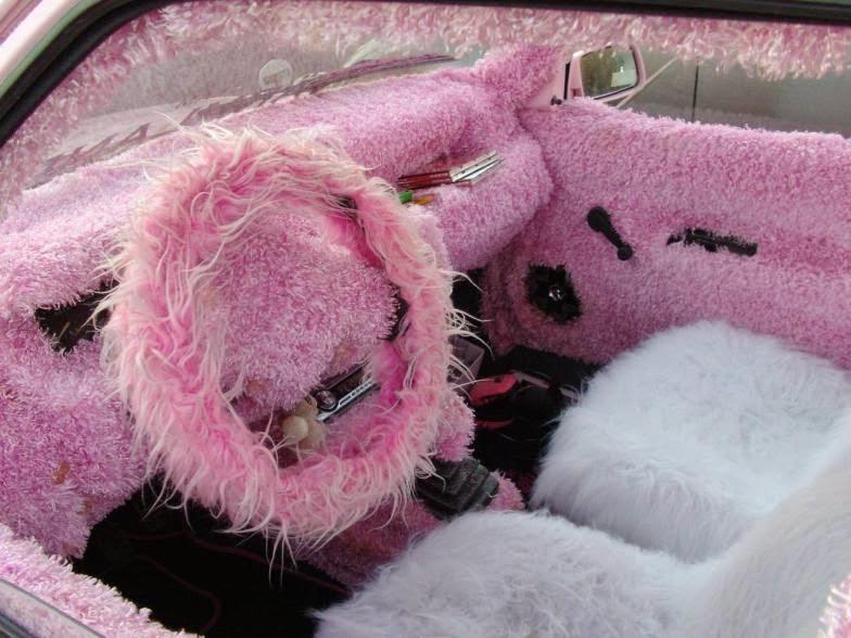 Intérieur moumoute rose d'une voiture, la classe !