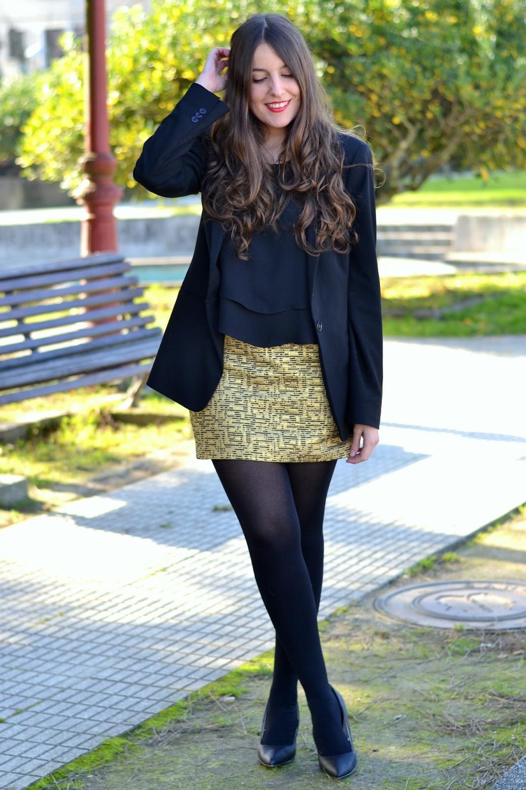 falda dorada con blazer y blusa negra