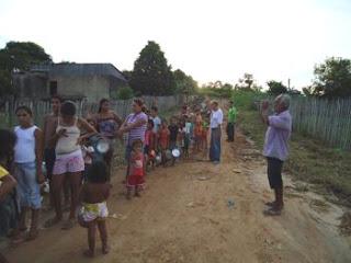Ações sociais são promovidas no bairro por membros de igrejas e empresários locais