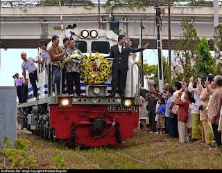 Pernikahan unik naik lokomotif kereta api
