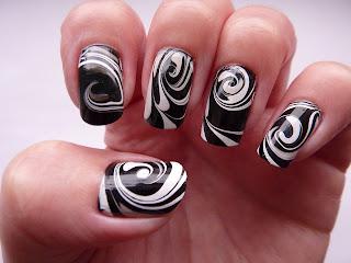 ukrasavanje noktiju - crno-beli water marble nokti 003