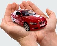Coche BMW sobre unas manos