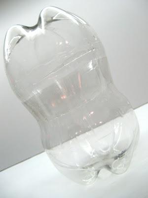 Pinguim feito de garrafa pet reciclada