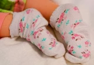 لبس الجوارب والقفازات أثناء النوم ليلاً يسبب ضرراً على صحة الإنسان