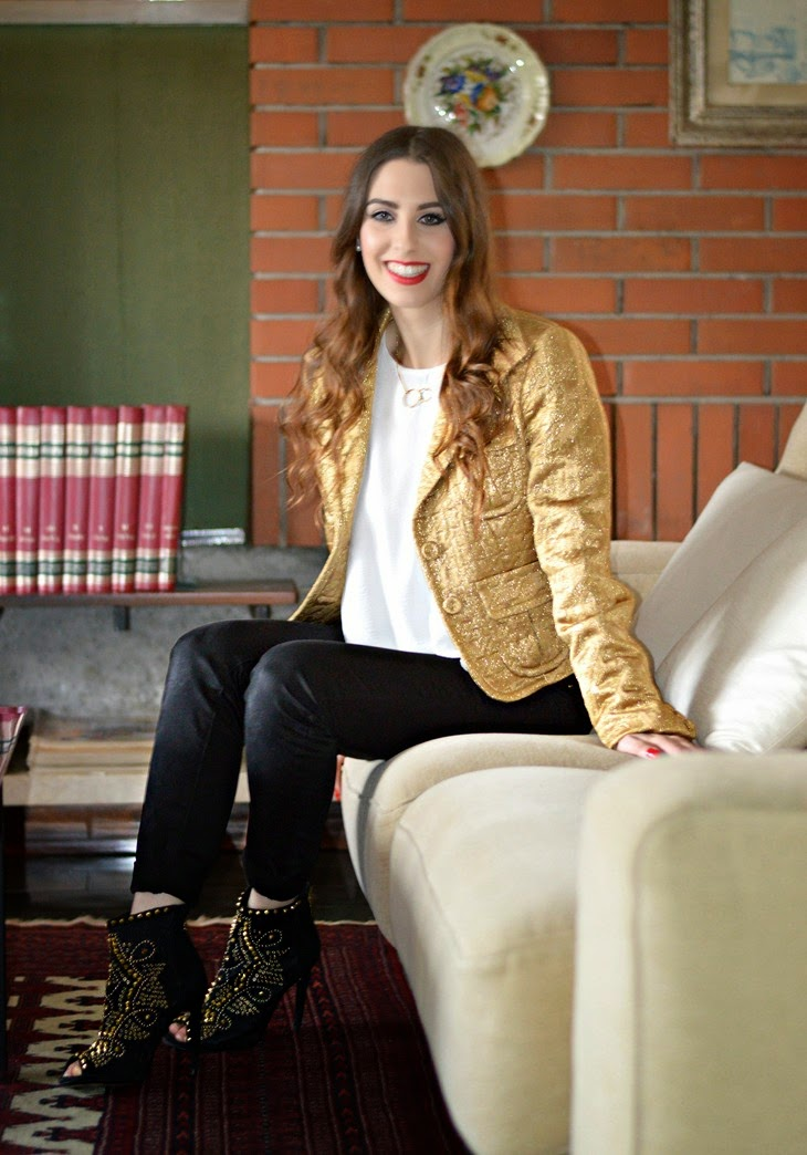 Pinko Gold Embroidered Jacket H&M White Frilled Crêpe Blouse Zara Black Pants Zara Studded Ankle Boots Lace Open Toe outfit per natale vigilia di natale outfit capodanno bianco oro studs xmas outfit The Sparkling Cinnamon