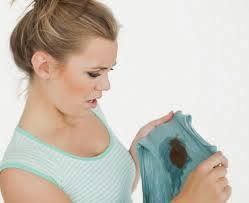 Como quitar mancha de pegamento de la ropa