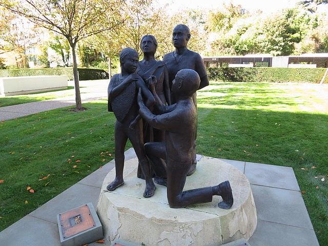Smallpox_vaccination,_statue_outside_the_WHO_HQ_entrance,_Geneva.JPG