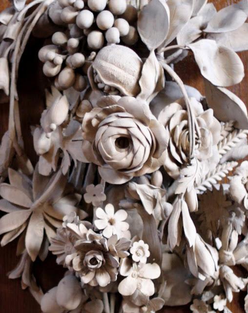 Grinlings Gibons (Grinling Gibbons, 1648, Roterdamā, Nīderlande — 1721, Londona, Lielbritānija) – angļu skulptors, kogriezējs