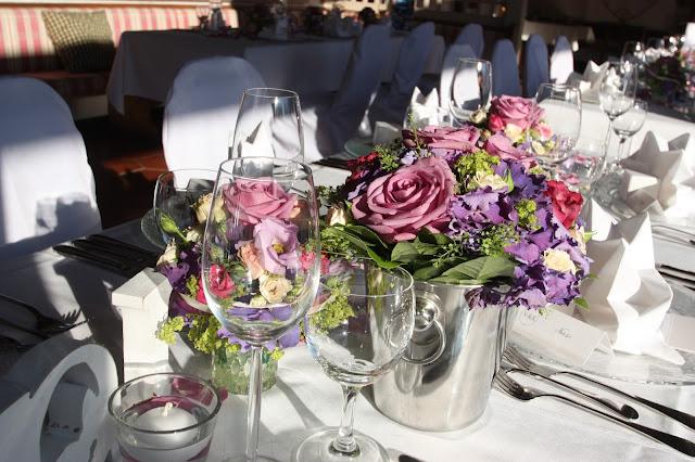 Sommerliche Hochzeitstafel in Lila, Pink und Rosa