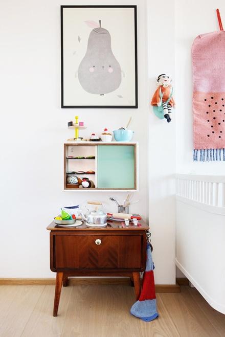 Kinderzimmer mit kleiner Beistellkommode aus Holz, retro vintage