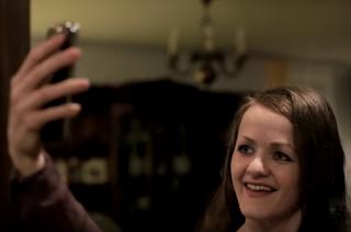 La protagonista se hace un selfi