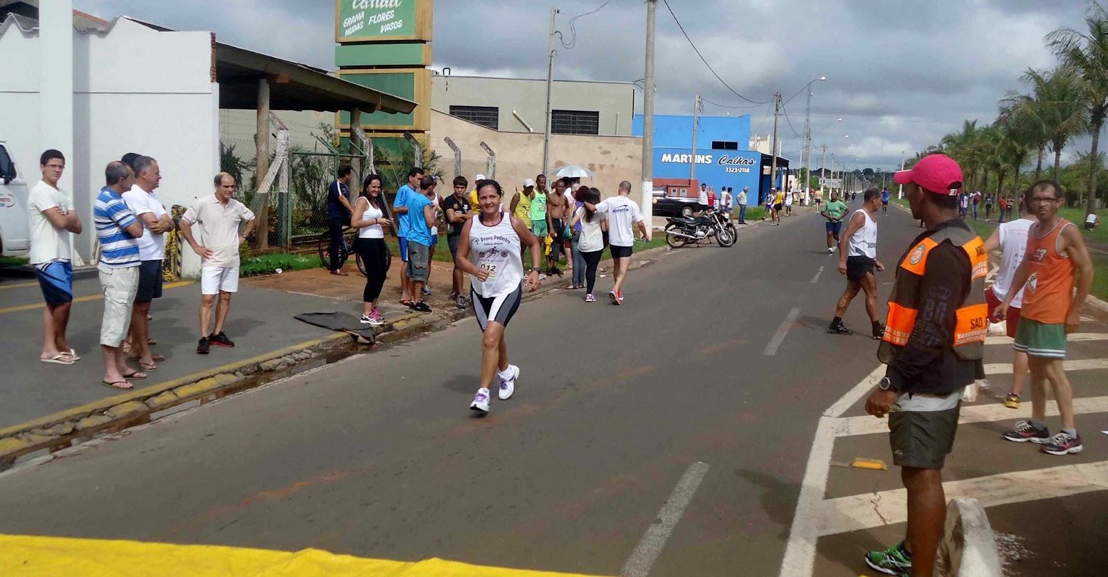 Foto 167 da 1ª Corrida Av. dos Coqueiros em Barretos-SP 14/04/2013 – Atletas cruzando a linha de chegada