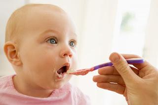 Lindo bebê consumindo papinha de frutas