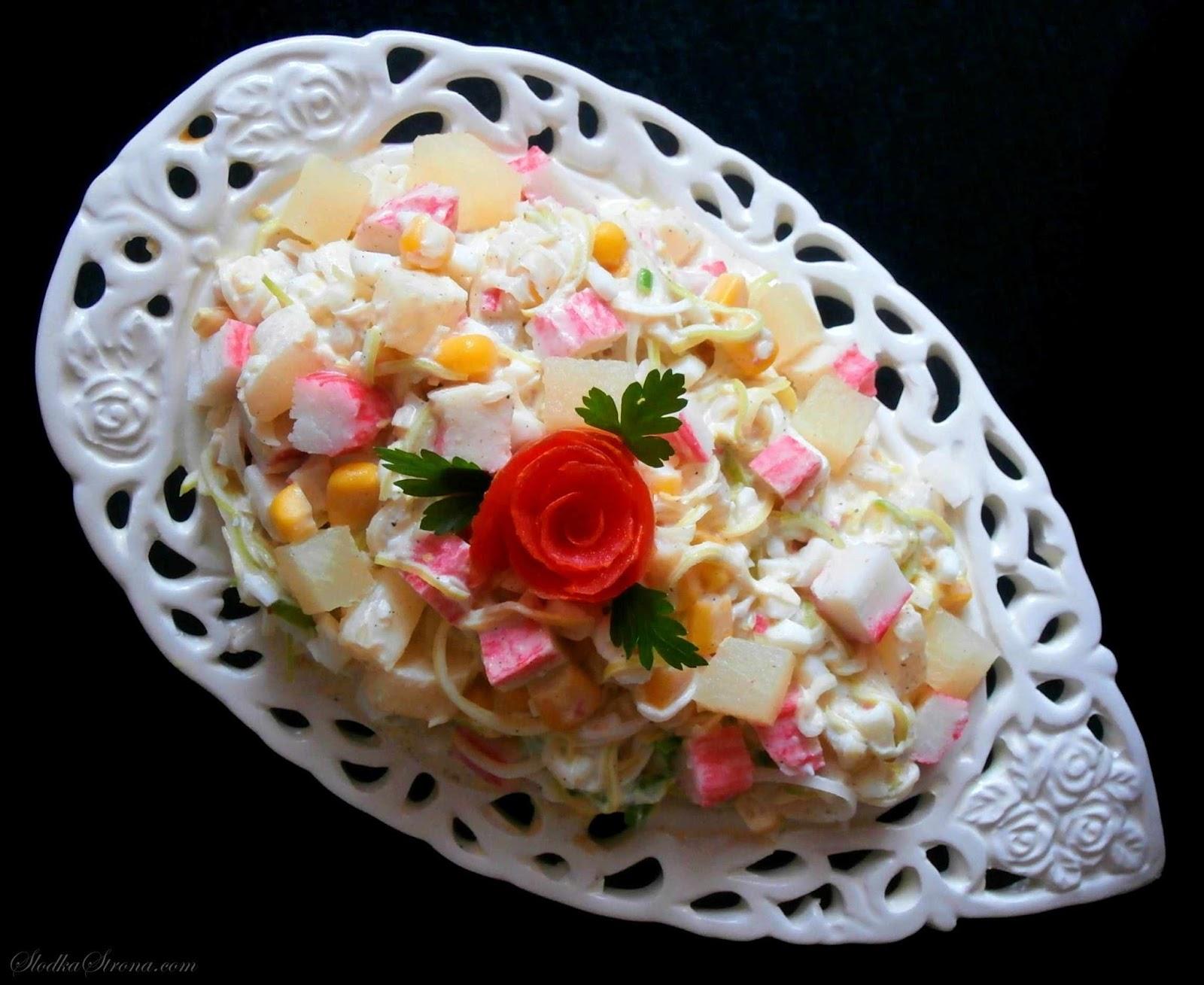 Sałatka z Paluszkami Krabowymi i Ananasem - Przepis - Słodka Strona
