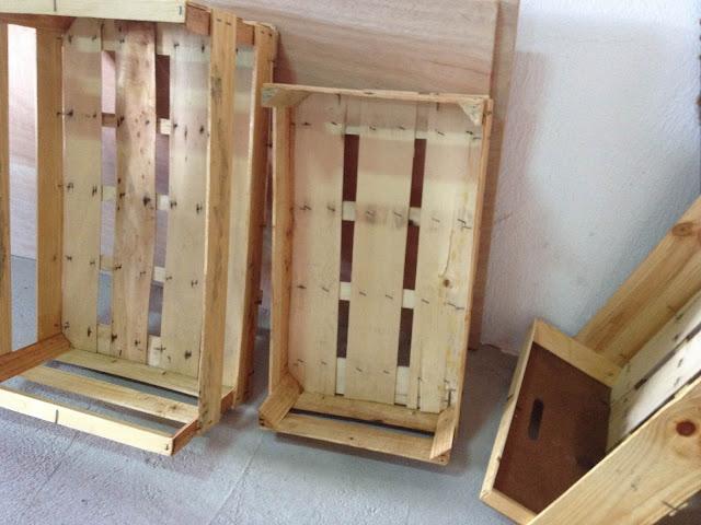 la caja pequeña, uniéndola con otra bisagra a las dos cajas grandes