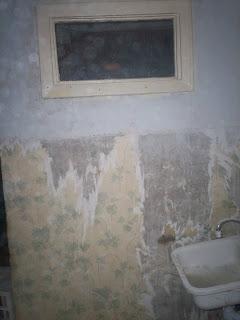 старое окошко из кухни в ванную комнату