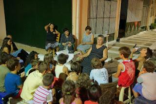 Η κυρία Σένια μεταφέρει το αυτοσχέδιο παραμύθι της στα παιδάκια.
