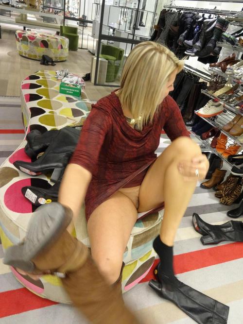 фото девушек дома без трусов в магазине