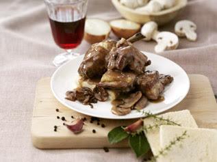 pollo al vino rosso con crostoni di pane