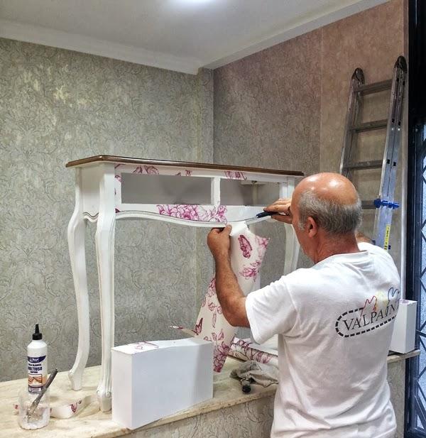 Papel pintado empapelar un mueble con papel pintado - Como forrar muebles con tela paso a paso ...