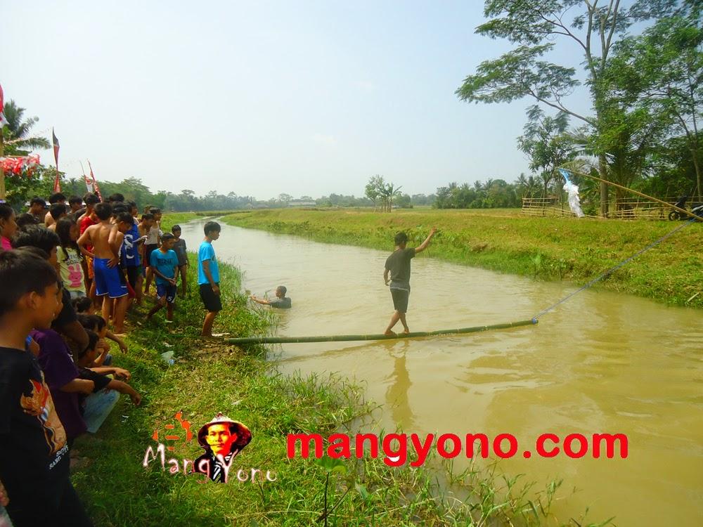 Seorang peserta diatas jembatan goyang berhasil sampai ke tengah