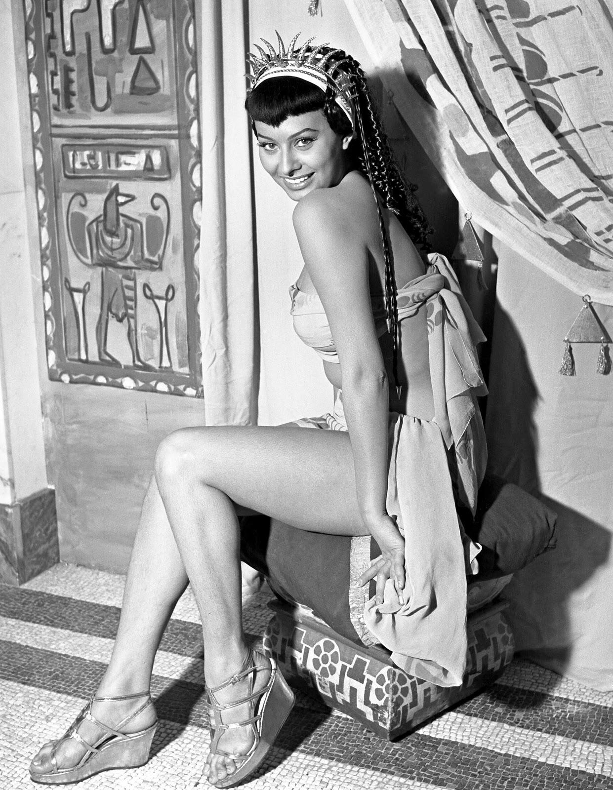 http://2.bp.blogspot.com/-aloG3Mx_DTY/TworBST4mWI/AAAAAAAACJM/Lwk9x2wacqw/s1600/Loren-Sophia-Two-Nights-With-Cleopatra_01.jpg
