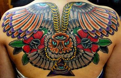 Tatuagem de coruja colorida com 3 olhos nas costas