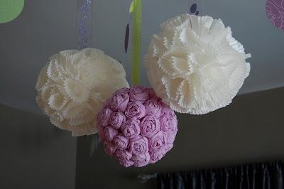 Τριανταφυλλένιες διακοσμητικές μπάλες με cupcakes